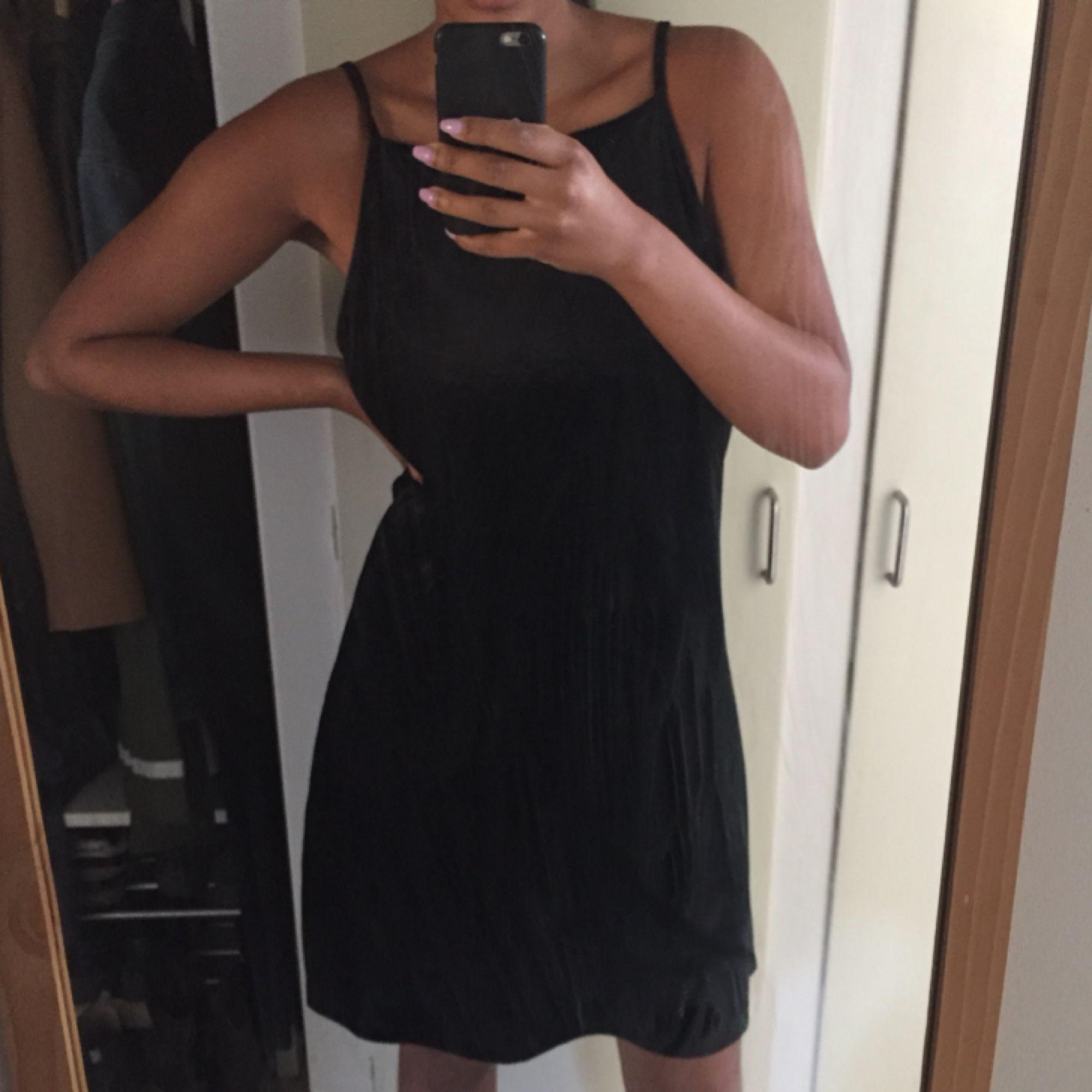 9ed38a335a0c Superfin somrig svart ribbad klänning från Monki. Sparsamt använd. 228  kronor inkl frakt ☀