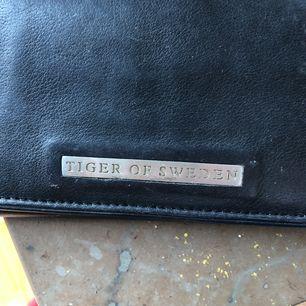 Plånbok från Tiger of Sweden i äkta läder!
