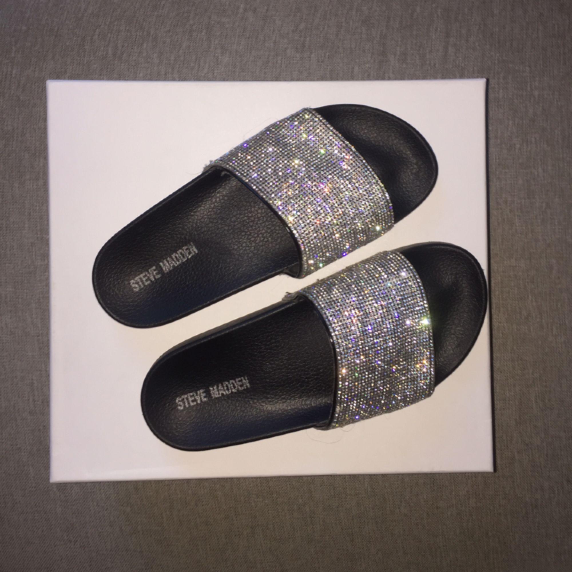 SUPERSNYGGA slip-ins från Steve Madden! ✨✨✨ det står 38 i skorna, men jag tycker de passar bäst om man har 37! De är små i storleken! Endast använda 2ggr, inköpta i San Fransisco✨. Skor.