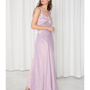 Silk maxi dress i ljust lila med spetsdetalj under bysten. Köpt för 1250kr samt insydd i midjan hos skräddare för att då den perfekta passformen.