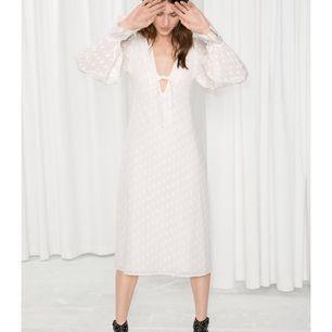 Jättefin vit klänning med prickigt mönster. Fint tyg och fint fall. Endast använd två ggr. Finns endast online
