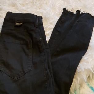 Drdenim jeans i storlek xs som är ett hål i ena undersidan av låret men annars perfekta köparen står för eventuell frakt säljs pga för små för mig