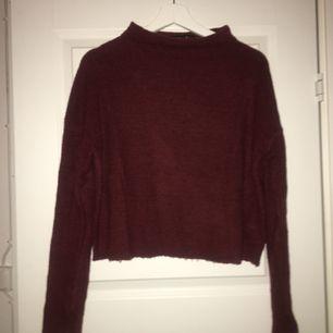 Fin vinröd tröja som är använd ett fåtal gånger