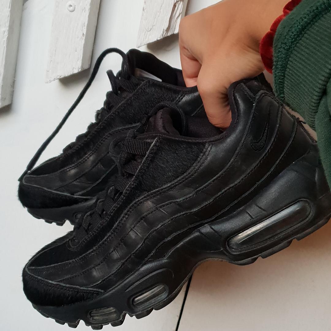 Nike air max 95 Triple black pony hair heter modellen sjukt balla skor som ej kommer till användning tyvärr köparen står för eventuell frakt pris går att diskuteras vid snabb affär. Skor.