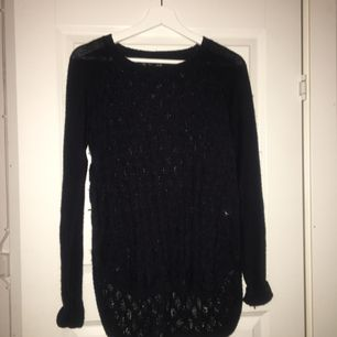 Mörkblå stickad tröja