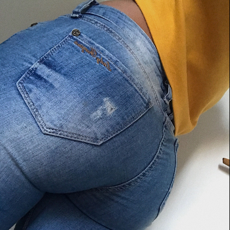 Ett par super snygga jeans som är ganska stretchiga, passar både S & XS. Super fina slitningar. Rumpan sitter fint . Jeans & Byxor.
