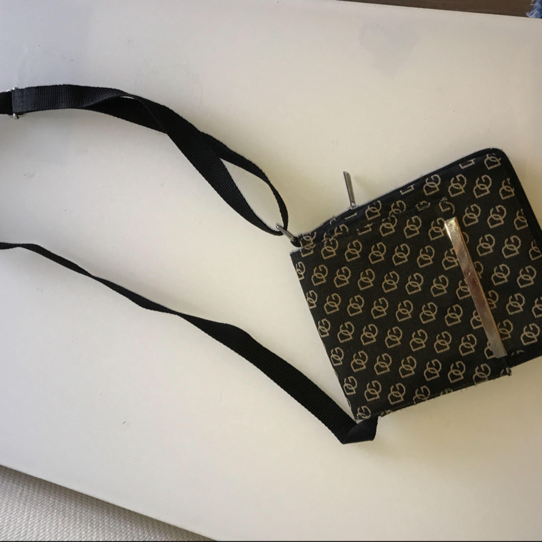 En dolce gabbana väska, går att justera så den passar just dig ( se bild 2). Är i jätte bra skick. Väskor.