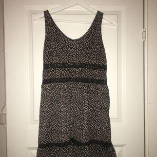 Jätte fin klänning! Har sytt upp banden lite för att den skulle passa på mig.