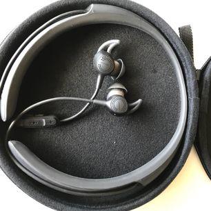 Oanvända Bose med riktigt ljudereducering,, noicecontrol, perfekt till tränaren som inte orkar sladdar på gymmet, eller vem som helst som är sladdhatare.   Säljes pga fick 2 likadana i present.  Nypris 3190:-