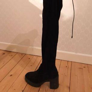 Ordinarie pris som de är köpta för är 800 säljer mina för 300 plus frakt. Skit snygga overknee skor som inte kommer till användning, snören längst upp som man kan knyta så de inte åker ner. Fraktar eller möts upp i Skövde