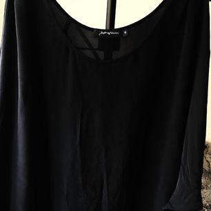 Mörkgrå/svart blus med öppna ärmar i bra skick. 100% silke.