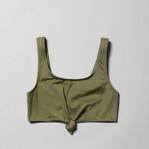 Skitsnygg bikini eller topp från Weekday i militärgrönt! Har använt den som topp till byxor med hög midja, dock bara använd en gång.