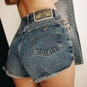Ett par vintage Armani shorts. Hög midja. Står ingen storlek listad men passar storlek S. Perfekta nu i sommarvädret + fri frakt! ☀️