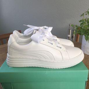 Vita skor som är nyligen köpta men tyvärr så är de för små för mig. Det ska vara storlek 40 men passar någon som har 38,5 eller 39. Extra skosnören tillkommer (se 3:e bilden). Frakt ingår i priset ☀️