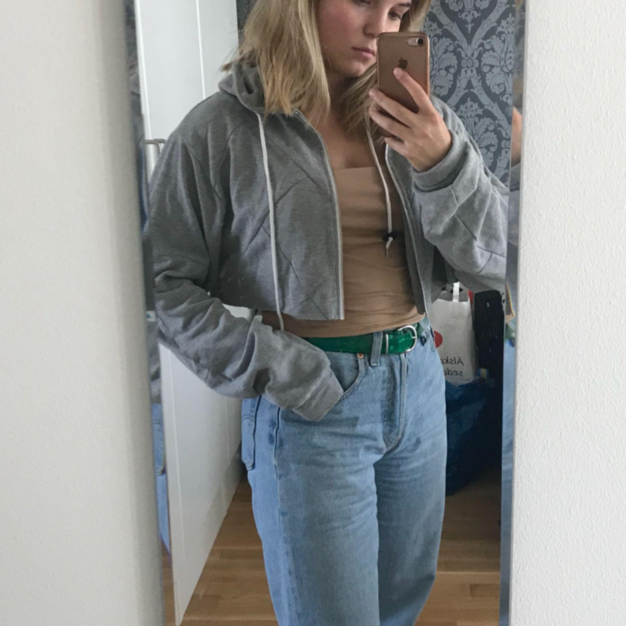 """Fett skön och fin hoodie som jag klippt av (går obviously inte att stänga längre alltså)! Väldigt bra skick och sömmar i """"geometriskt mönster"""" över hela. . Huvtröjor & Träningströjor."""