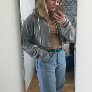 """Fett skön och fin hoodie som jag klippt av (går obviously inte att stänga längre alltså)! Väldigt bra skick och sömmar i """"geometriskt mönster"""" över hela."""