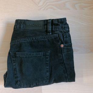 """Högmidjade kimono-jeans från Monki i storlek 27! Den svarta färgen lutar åt det mer """"slitna"""", mörkgråa hållet. Byxorna köptes för endast några månader sedan för 400kr. Mötes upp i Stockholm, annars står köparen för frakt."""