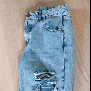 Ripped mom-jeans från Pull&Bear i storlek 38/M! Möts upp i Stockholm, annars står köparen för frakt.