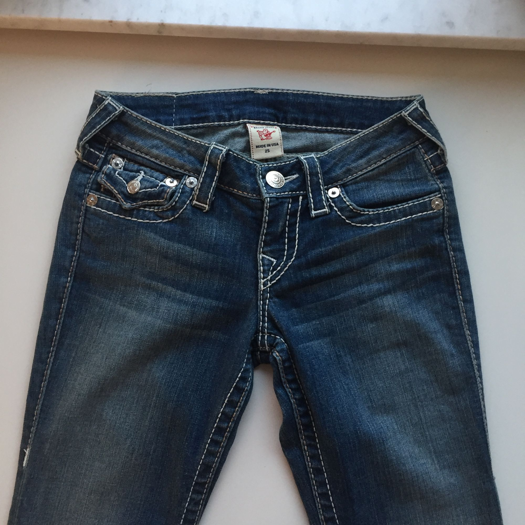 Oanvända jeans från True Religion, storlek 25. . Jeans & Byxor.