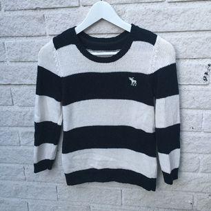 Abercrombie & Fitch tröja, 60% bomull 40% akryl. Lite sliten på nedre sidan av baksidan men annars i fint skick.