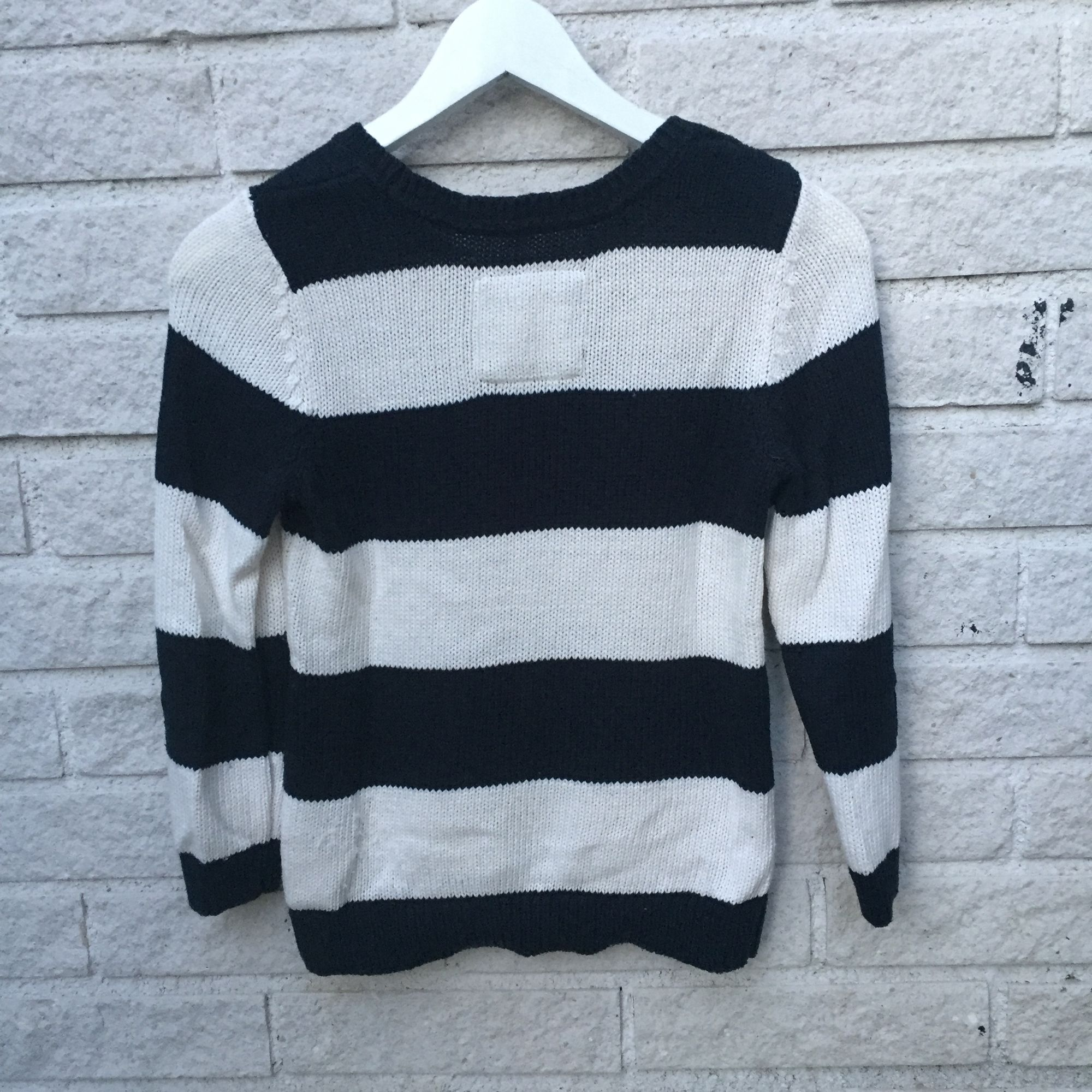 Abercrombie & Fitch tröja, 60% bomull 40% akryl. Lite sliten på nedre sidan av baksidan men annars i fint skick. . Tröjor & Koftor.