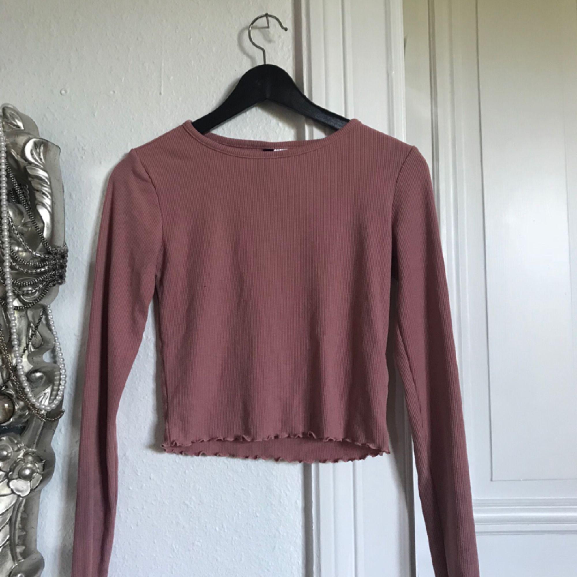 Ribbad gammelrosa tröja från h&m, fint skick!! Frakt: 40kr💌🎈. Toppar.