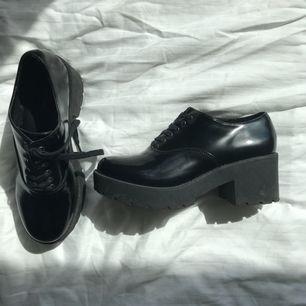Ett par skor från dinsko som jag inhandlade för några år sedan. Använda ca 4 gånger. Lite smutsiga på sidorna och undersidan men kan enkelt tas bort med lite vatten. Kan mötas upp i Malmö, annars betalas frakt av köparen.