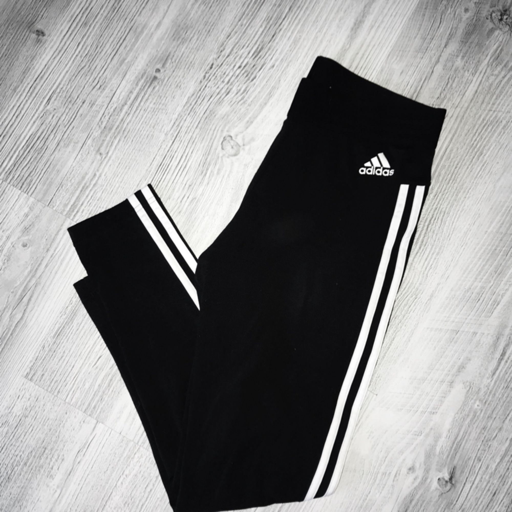 Adidas tights med 3 stripes på sidorna. Köpta för 299kr. Använda fåtal gånger, därmed i gott skick!  Frakt tillkommer, och betalningen sker via Swish. Jeans & Byxor.