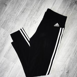Adidas tights med 3 stripes på sidorna. Köpta för 299kr. Använda fåtal gånger, därmed i gott skick!  Frakt tillkommer, och betalningen sker via Swish