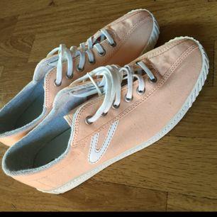 Splitternya ljusrosa skor från tretorn som är helt oanvända, har t.om kvar kartongen som de kom i! Nypris 600kr ✨