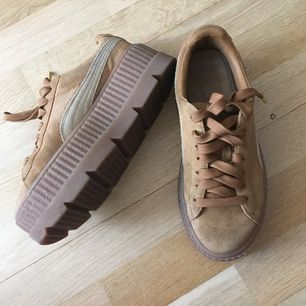 Säljer nu mina sparsamt använda Puma skor ifrån Rihannas kollektion.  Såklart är dom äkta!  Skostorleken är 38.  Nypris 1500kr (på Zalando), mitt pris är 700kr. Finns i Skövde!