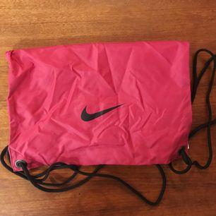 Rosa gympapåse från Nike. Köpt second hand. Fint skick! +frakt!