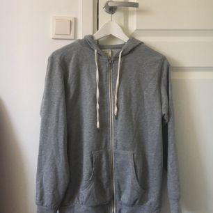 En jättefin basic grå hoodie med dragkedja, köpt second hand men har ändå behållts i bra kvalité! Passar perfekt nu till hösten eller till kyligare sommarkvällar :) Köparen står för frakt!