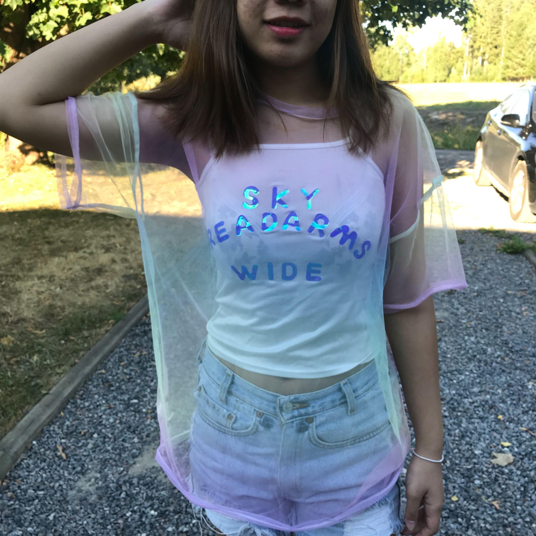 """Riktig fin """"T-shirt"""" för en festival eller bara för sommaren ✨  Det ingår både linnet och nät tshirten 🌈  Passar både S och M.  150kr + frakt📮  Aldrig använd och katt finns i hemmet 🐈. Toppar."""