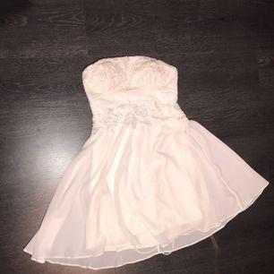 Nelly lace up back dress vit, använt fåtal gånger, tar helst swish, köparen står för frakt