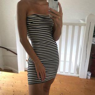 Jättefin off shoulder klänning från Gina tricot! Så skön att bara dra på sig en varm sommardag! Betalning via swish! Frakt är inräknat i priset! Hör gärna av dig om du har frågor kring plagget eller pris 💞