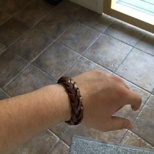 Fejk läderarmband från H&M med magnetlås. Snyggt men personligen föredrar jag klockor så den används aldrig 😌 Frakt 9 kr