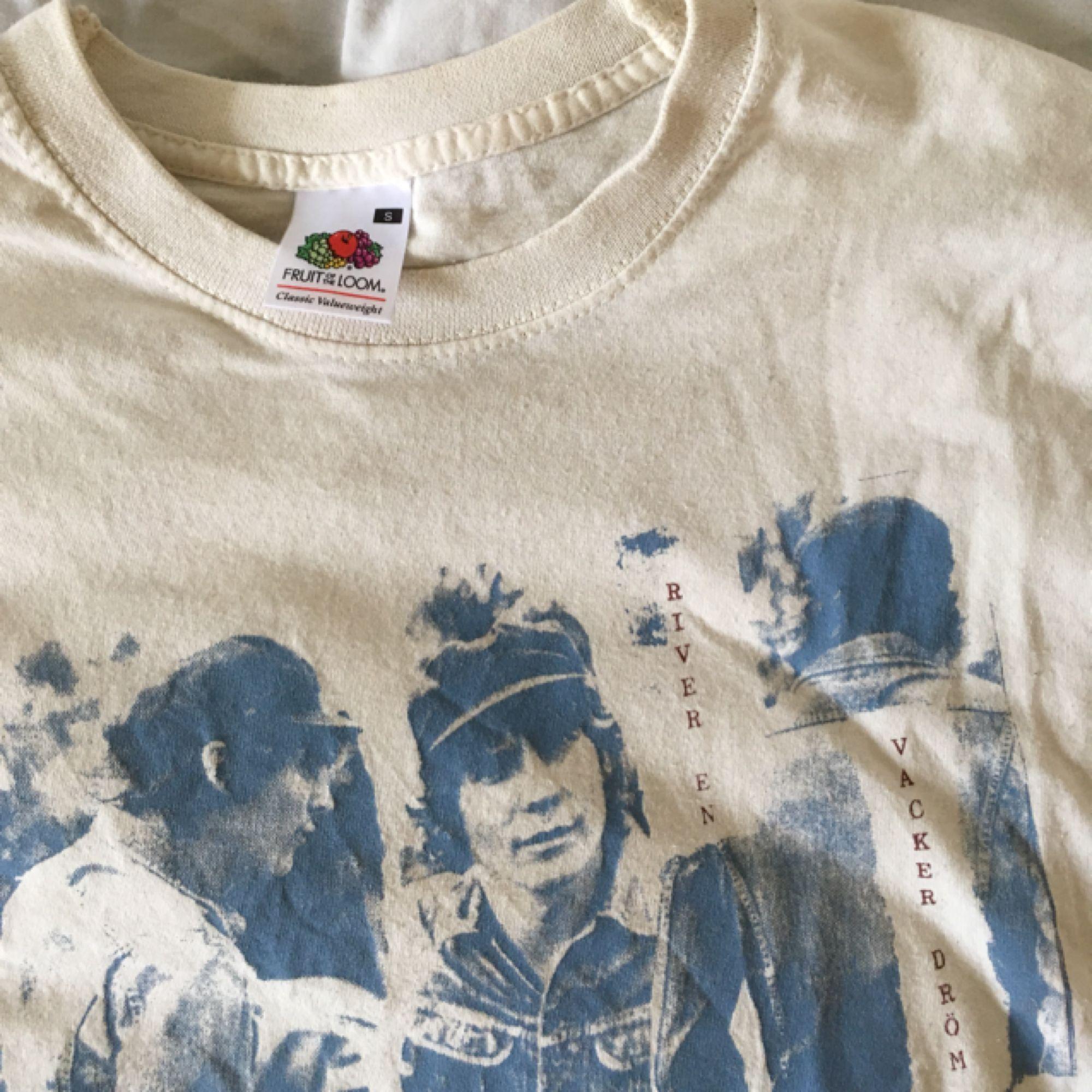 """Håkan-tröja med inte mindre är tre Håkans och """"river en vacker dröm"""" på! 100% bomull. Fri frakt. . T-shirts."""