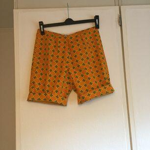 """Handsytt från 60-talet! Shorts med hög midja i """"cykel modell"""" med lite längre ner På benen. Unikt mönster! Fint skick 🌸"""