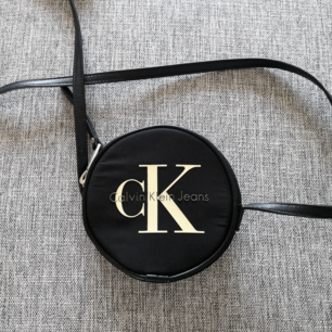 Bästa lilla väskan från Calvin Klein, bästa bästa bästa 😍❤️❤️✨✨✨i jättefint skick då den knappt är använd, passa på att fynda!! Eventuell frakt betalas av köparen 😘✨