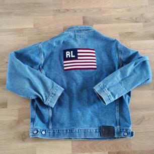 Snyggaste jeansjackan från Ralph Lauren, en riktig 90s klenod. Broderat motiv på ryggen, i jättefint skick. Så snygg oversize, jag har strl S och har använt den oversize😍😍😍😘❤️ unisex ✌🏼 Eventuell frakt betalas av köparen😘❤️✨