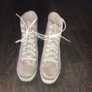 Gråa skor med klack ca 5-6cm, använda 1gång fint skick, orginal pris från din sko 300kr, tar helst swish, köparen står för frakt