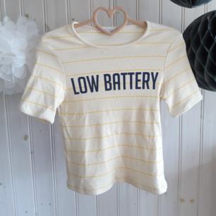 Tröjan för alla oss sömniga människor! En ribbad ljusgul t-shirt med smala gula ränder och tryck från Zara Trafaluc. I nyskick, använd 1-2 gånger. Har dock två knappt märkbara fläckar som var där vid inköp. Strl S, men passar både XS och en liten M.   Har Swish! Köpare står för frakten!