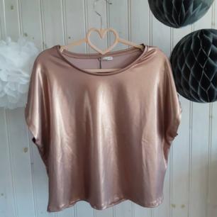 Metallic roséguldig-/kopparfärgad t-shirt från Zara. Älskar den men har inte funnit användning för den, så därför är den helt oanvänd med läpparna kvar. Strl S men passar M. (Nyskick 150kr)