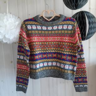 Underbar, kort, mönsterstickad tröja från Zara i varma, höstiga färger. I nyskick, använd ett fåtal gånger, och säljs främst för att jag inte har plats längre. Strl S.   Har Swish! Köpare står för frakten!