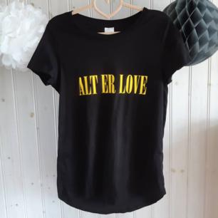 Alt er love, kära Skam-älskare!💛 Svart t-shirt gult slogan-tryck från Gina Tricot. I nyskick, använd en gång. Strl M.