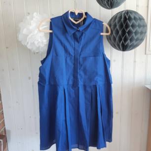Blå skjortklänning i A-linjeform från Zara Trafaluc. I nyskick med läpparna kvar. Strl S. 150 kr (Nypris 300kr).