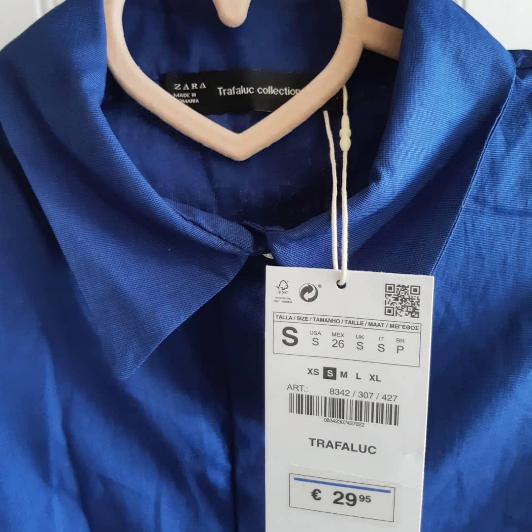 Blå skjortklänning i A-linjeform från Zara Trafaluc. I nyskick med läpparna kvar. Strl S. 150 kr (Nypris 300kr).. Klänningar.