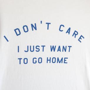 En lagom kaxig, vit t-shirt med blått slogantryck från Pull & Bear. Använd en gång, men i nyskick för övrigt. Strl S men passar M.