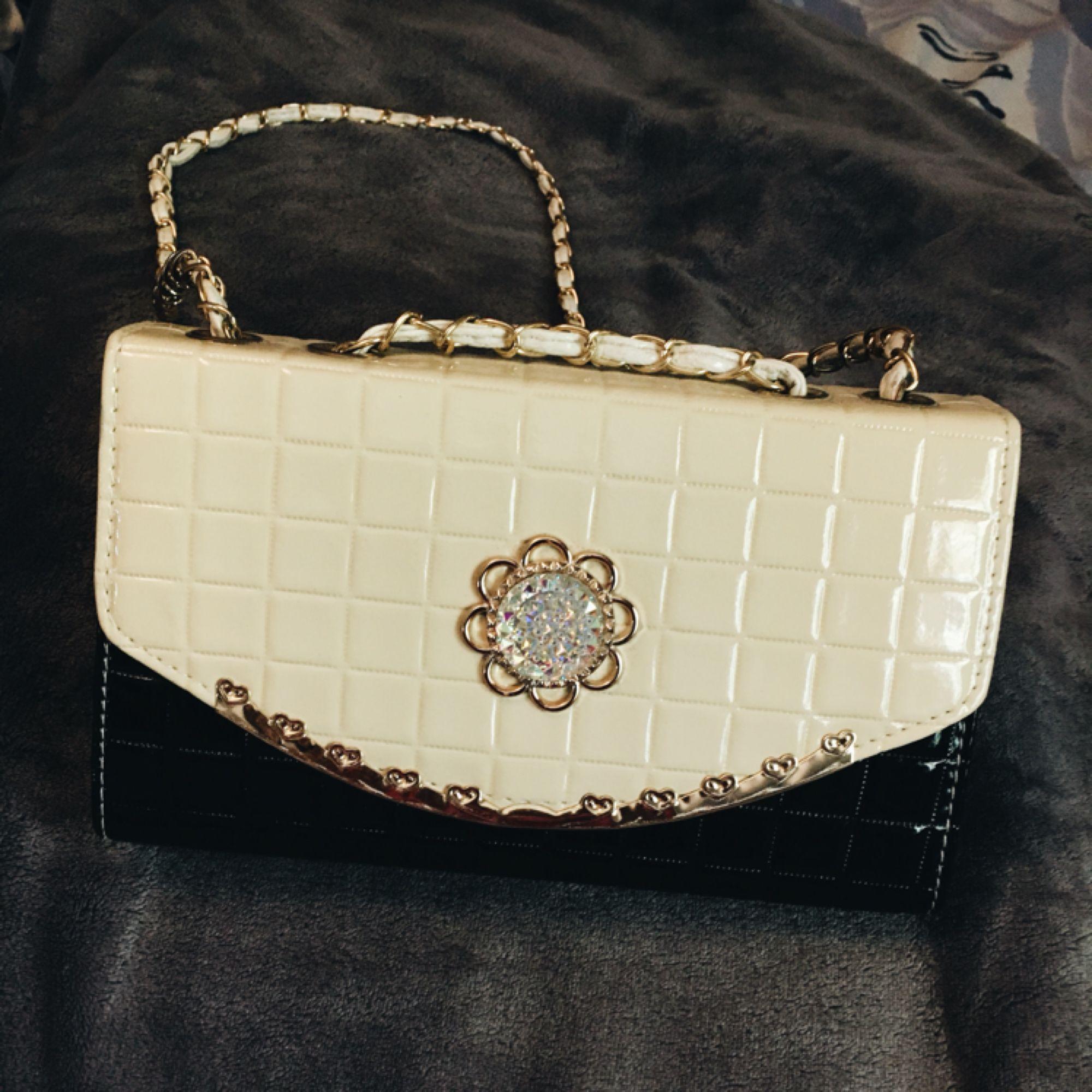 Oanvända handväska som är super snygga. Bandet är lite sönder på ena sidan 9d06f49d74bf8